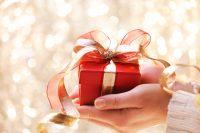 Rood cadeau met gouden strik