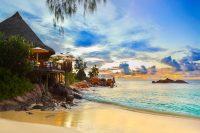 Strand met blauw water