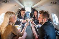 Champagne proosten in privéjet