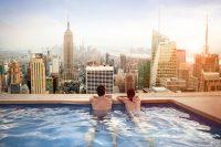 Uitzicht op de stad vanuit zwembad