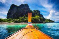 Uitzicht op eiland in heldere blauwe zee