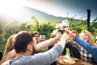Proosten met wijn, buiten eten