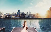 Relaxen aan het water uitzicht op de stad - affirmatie zelfvertrrouwen