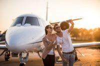 Selfie bij vliegtuig - grenzeloos creëren en ontvangen